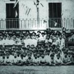 ภาพหมู่หน้าโรงเรียนประชาบาลวัดไชยชุมพลชนะสงคราม หรือวัดใต้ เมื่อครั้งเจ้าพระคุณสมเด็จฯ ทรงเป็นลูกเสือ (ในวงกลม)