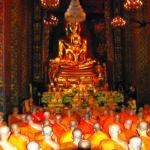 ทรงบูชาพระพุทธชินสีห์ ในพระอุโบสถวัดบวรนิเวศวิหาร