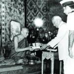 พ.ศ. ๒๕๑๕ ฯพณฯ ศรี วาราหคิรี เวงกฏคิรี ประธานาธิบดีแห่งประเทศอินเดีย มาเยือนวัดบวรนิเวศวิหาร ในระหว่างการเยือนประเทศไทย