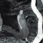 หลวงปู่ชา สุภทฺโท นำเจ้าพระคุณสมเด็จฯ สู่วัดถ้ำแสงเพชร จังหวัดอำนาจเจริญ วันที่ ๕ มิถุนายน พ.ศ. ๒๕๑๖