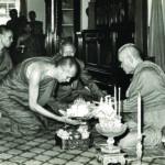 ทรงถวายเครื่องไทยธรรมแด่สมเด็จพระอริยวงศาคตญาณ สมเด็จพระสังฆราช (ปุ่น ปุณฺณสิริ) ณ พระตำหนักเพ็ชร วัดบวรนิเวศวิหาร