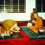 ทรงถวายสักการะสมเด็จพระวันรัต (จับ ฐิตธมฺโม) วัดโสมนัสวิหาร ในเทศกาลเข้าพรรษา