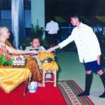 ทรงมอบทุนการศึกษาให้นักเรียนโรงเรียนสมเด็จพระปิยมหาราชฯ