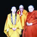 """ดร.เกียวเซ เอนชินโช ผู้นำนิกายเนนบุทชูชุแห่งญี่ปุ่น, องค์ทะไลลามะ ประมุขแห่งทิเบต และสมเด็จพระสังฆราชแห่งประเทศไทย ณ เมืองเกียวโต ญี่ปุ่น เจ้าพระคุณสมเด็จฯ ทรงมีมิตรภาพที่น่าประทับใจยิ่งกับองค์ทะไลลามะ ดังเห็นได้เมื่อครั้งที่องค์ทะไลลามะเสด็จเยือนที่วัดบวรนิเวศวิหาร ได้กล่าวทักทายเจ้าพระคุณสมเด็จว่า """"พี่ชายคนโตของข้าพเจ้า"""""""