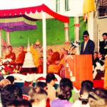 ที่วัดศรีกีรติวิหาร ประเทศเนปาล ฯพณฯ เชร บาฮะดูร์ เทวา นายกรัฐมนตรีเนปาลกล่าวต้อนรับเจ้าพระคุณสมเด็จฯ ในพิธีเปิดอาคารไทยกีรติ ภวัน พ.ศ. ๒๕๔๒