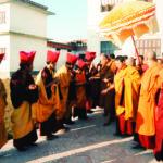 วันที่ ๒๔ พฤศจิกายน ๒๕๒๘ เสด็จเยี่ยมชมวัดทิเบตในปริมณฑลพระเจดีย์โพธนาถ ประเทศเนปาล