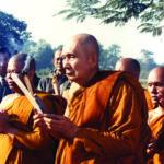 เสด็จเวียนเทียนรอบสถานที่ประสูติของพระพุทธเจ้า ณ ลุมพินี ประเทศเนปาล เมื่อปี พ.ศ. ๒๕๒๘