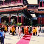 วัดย่งเหอกง นครปักกิ่ง เมื่อครั้งเสด็จเยือนสาธารณรัฐประชาชนจีน วันที่ ๒๔ มิถุนายน ๒๕๓๖ วัดนี้เคยเป็นวังมาก่อน ต่อมาฮ่องเต้มีความเลื่อมใสในพระพุทธศาสนาจึงได้ถวายวังให้เป็นวัด