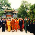 ทรงเยือนวัดหยวนทงในนครคุนหมิง โดยมีเจ้าอาวาสวัดหยวนทงเฝ้ารับเสด็จ