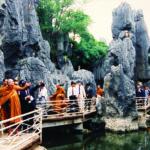 ณ ป่าหิน เขตปกครองตนเองหลูหนานหยี นครคุนหมิง เมื่อครั้งเสด็จไปเยือนสาธารณรัฐประชาชนจีนอย่างเป็นทางการ ระหว่างวันที่ ๒๐ มิถุนายน - ๒ กรกฎาคม ๒๕๓๖