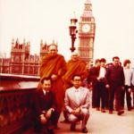 ทรงฉายพระรูปหน้าหอนาฬิกาบิ๊กเบน ที่กรุงลอนดอน ประเทศอังกฤษ พ.ศ. ๒๕๒๓