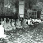 ในวัดพระแก้วจำลองที่กรุงพนมเปญ ประเทศกัมพูชา เมื่อครั้งทรงเป็นพระโศภนคณาภรณ์ พร้อมด้วยคณะสงฆ์จากประเทศไทย ไปร่วมพิธีสมโภชพระบรมสารีริกธาตุและพระอรหันตธาตุ วันที่ ๕ ตุลาคม พ.ศ. ๒๔๙๕